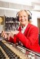 Hörspielkönigin Heikedine Körting freut sich im EUROPA Studio über den Einstieg der drei ??? in alle gängigen Streamingportale © Jan Steinhaus